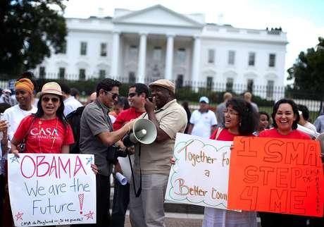 Cientos de inmigrantes celebraron frente a la Casa Blanca el anuncio sobre el freno a las deportaciones de jóvenes indocumentados.