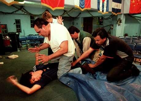 Un hombre supuestamente poseído por el demonio, es sujeto a un ritual de excorcismo en una iglesia evangélica en la Ciudad de México.