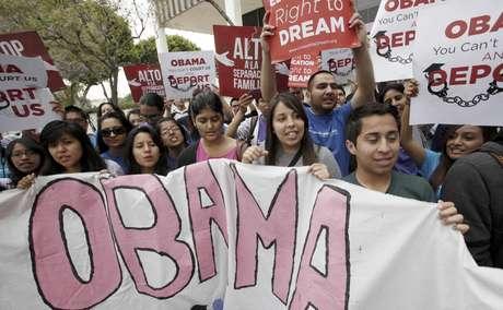Estudiantes partidarios del DREAM Act festejan frente a un centro de detenciones en Los Angeles, el viernes 15 de junio de 2012, luego que el presidente Barack Obama anunció que no serán deportados los inmigrantes jóvenes.