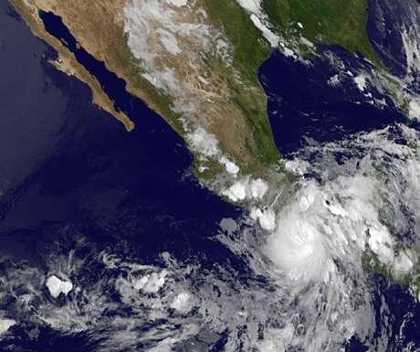 Esta imagen difundida por NASA muestra al huracán Carlotta cuando toca la costa mexicana del Pacífico, llena de balnearios, el 15 de junio de 2012 por la noche, donde derribó árboles, azotó hoteles de turismo y obligó a las autoridades a desalojar pobladores de zonas bajas. El sábado 16 de junio de 2012, cuando se dirigía hacia Acapulco, se debilitó hasta volverse tormenta tropical.