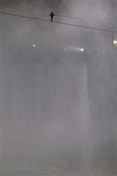 Tras una breve plegaria, ayudándose de un balancín y llevando un arnés de seguridad, Wallenda comenzó su travesía del lado estadounidense, 60 m sobre el precipicio de las cascadas con el torrente más poderoso de Norteamérica, con 2.800 m3 por segundo.