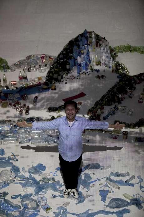 """El artista brasileño Vik Muniz posa para un retrato en su obra """"Proyecto Paisaje"""" en el que usó basura para recrear la imagen de la Bahía de Guanabara en Río de Janeiro, Brasil, el sábado 16 de junio de 2012."""