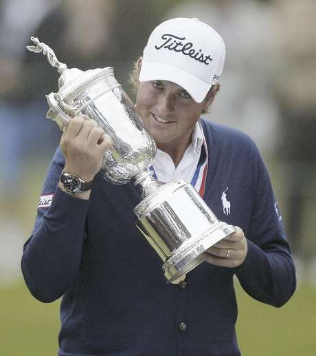Webb Simpson besa el trofeo que lo acredita como ganador del Abierto de Estados Unidos, el domingo 17 de junio de 2012, en The Olympic Club, en San Francisco.