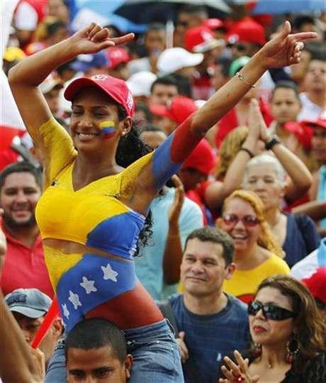 Unos partidarios del mandatario venezolano, Hugo Chávez, reunidos para su inscripción ante las autoridades electorales en Caracas, jun 11 2012. El presidente venezolano, Hugo Chávez, y su retador, el opositor Henrique Capriles, se preparan para confrontar dos modelos políticos en las urnas electorales el próximo 7 de octubre.