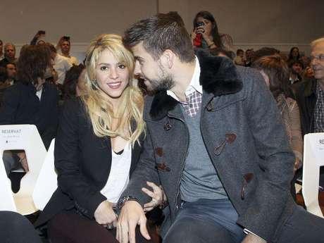 """Shakira embarazada. Ya son incontables las veces en que se ha mencionado esta noticia, la cual ha sido desmentida por varias personas cercanas a la cantante. Numerosas revistas han asegurado que la colombiana podría tener dos meses de gestación y que podría estar esperando a cumplir otro mes para dar la noticia.  Hace unos días un miembro del equipo de la colombiana aseguró que de lo único que está embarazada ella """"es de grandes canciones para su nuevo material"""". Sin embargo publicaciones como la revista Gente dan por confirmado el embarazo de la cantante."""