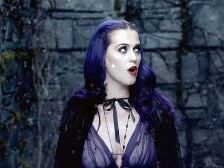 Katy Perry es una vampira exótica en el video 'Wide Awake'.