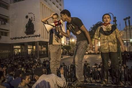 13 de febrero de 2011 - La Junta Militar suspende la Constitución, disuelve el Parlamento, asume las tareas legislativas y anuncia un periodo de transición hacia un poder civil.