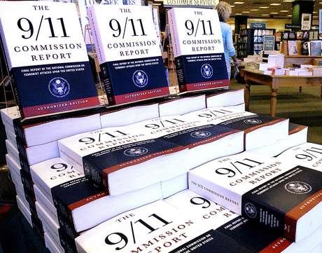 Reporte de la comisión que elaboró un informe de los ataques del 11 de septiembre en 2001 exhibido en la librería Barnes and Noble en Springfield, Illinois, en julio de 2004.