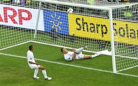 """El presidente de la FIFA, Joseph Blatter, dijo que la tecnología en la línea de gol es una """"necesidad"""" después de una decisión controvertida de los árbitros que negaron un gol a Ucrania contra Inglaterra en el partido de la Eurocopa."""