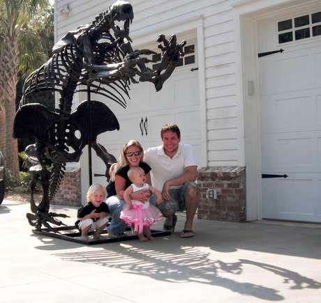 La imagen de 2010 proporcionada por Eric Prokopi, un paleontólogo comercial, lo muestra acompañado de su esposa, Amanda, y sus dos hijos, Greyson y Rivers, en su hogar en Gainesville, Florida, frente al esqueleto de un perezoso terrestre gigante. El esqueleto es el centro de una disputa legal en la que EEUU busca devolver los restos a Mongolia.