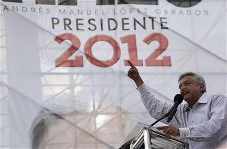 El espectro de una crisis poselectoral flota en México, donde muchos dudan que el candidato presidencial de izquierda, Andrés Manuel López Obrador, acepte una eventual derrota en las elecciones como anticipan los sondeos, y reviva las protestas que encabezó cuando perdió en los comicios del 2006. En la foto de archivo, López Obrador dando un discurso en Monterrey. Jun 20, 2012.