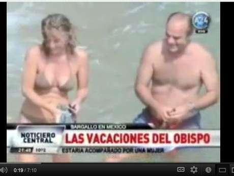 En la imagen se ve al ex obispo disfrudo junto a una mujer. Por el hecho debió renunciar.