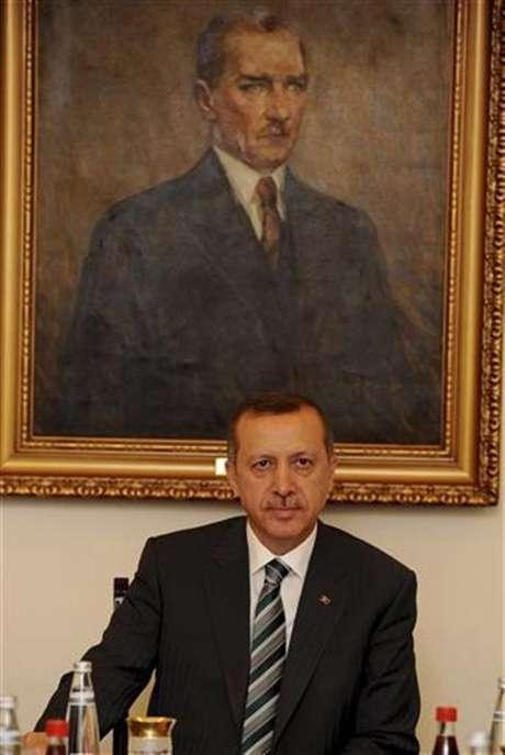 El primer ministro turco, Recep Tayyip Erdogan, asiste a una reunión en Ankara. jun 24 2012. Turquía acusó el domingo a Siria de derribar un avión militar turco en espacio aéreo internacional sin aviso previo y llamó a una reunión de la OTAN para discutir una respuesta al presidente sirio, Bashar al-Assad.