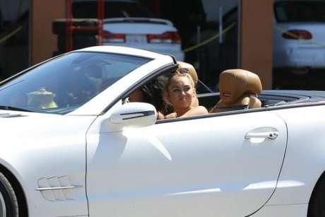 Miley Cyrus comprando afuera de una tienda de marihuana