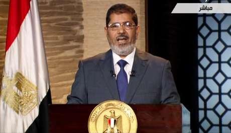 El ganador de los comicios presidenciales en Egipto, Mohammed Morsi, pronuncia un discurso en El Cairo, de acuerdo con esta imagen tomada de la Televisión Estatal el domingo 24 de junio de 2012. En su primer discurso televisado, Morsi dijo que cumplirá los acuerdos internacionales de Egipto, en referencia al tratado de paz con Israel.