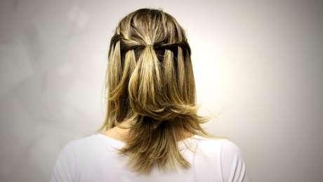 As tranças podem ser usadas em qualquer ocasião e complementam o cisual. Por isso, o hair stylist Tiago Parente, embaixador de TRESemmé, montou um passo a passo para fazer a trança cascata, uma opção fácil e rápida para usar no dia-a-dia. Confira a seguir