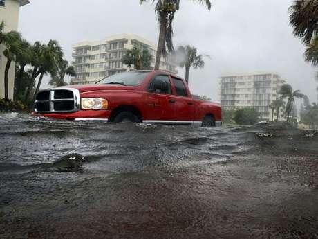 Después de azotar la costa de la Florida sobre el Golfo de México con fuertes vientos y lluvias torrenciales, la tormenta tropical 'Debby' prometía continuar con las mismas características en los próximos días mientras seguía merodeando el área en la madrugada del martes sin parecer tener intención de llegar a tierra.