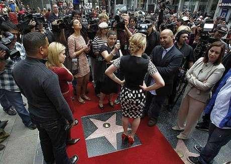 El camino más 'famoso' en el mundo tal vez sea el ubicado a lo largo de las calles Boulevard y Vine Street en Hollywood, Estados Unidos, ya que allí se encuentran en el suelo más de 2.400 estrellas de cinco puntas,  que conmemoran la labor de diferentes  artistas de la industria del entretenimiento, en cinco categorías: Cine, música, televisión, teatro y radio. Conoce algunas curiosidades que se han presentado en el Paseo de la Fama de Hollywood desde su creación en 1958.