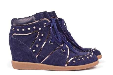 Sneaker em nobuck e couro com aplicação de spikes (tachas), na cor roxa, da Arezzo. Preço sugerido: R$ 349,90