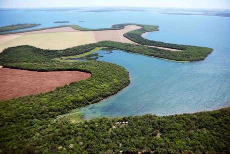 O Lago de Itaipu tem uma área de 1350 km², com 66 pequenas ilhas