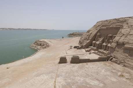 Lago Nasser, Egipto. Fue creado como una represa en el río Nilo, en el sur de Egipto, en 1971, y es uno de los mayores lagos artificiales del mundo. La región fue inundada para crear la presa, la cual tenía numerosos yacimientos arqueológicos, como el templo de Abu Simbel, que fue desmontado piedra a piedra y transportado lejos del agua.