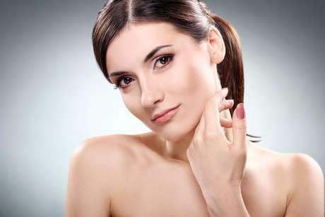 Bastante comum entre as mulheres, os pelos faciais podem ser eliminados com diversos métodos depilatórios que variam de acordo com cada tipo de pele