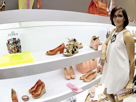 Deborah Secco diz que adora os sapatos coloridos no verão. Mas no inverno prefere os tons neutros nos pés