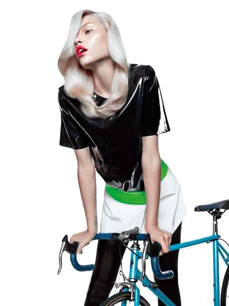 Aline Weber posa com bicicleta. Todo o ensaio trouxe itens com influência sportwear