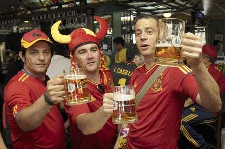 Hinchas españoles toman cerveza en un pub antes del partido entre España y Portugal por las semifinales de la Eurocopa el miércoles, 27 de junio de 2012, en Donetsk, Ucrania.