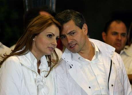 Enrique Pena Nieto, junto a su esposa al inicio de su campaña a la presidencia, en un evento en el estado de Jalisco.