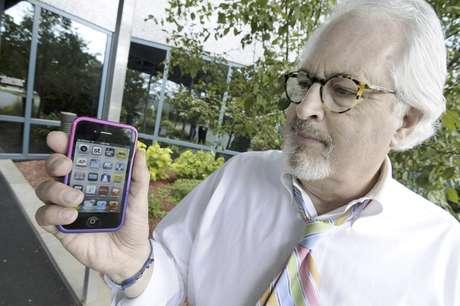 Bob Burns sostiene su celular el miércoles 27 de junio de 2012 en Minnetonka, Minnesota. Millones de usuarios de móviles en Estados Unidos pronto podrán recibir mensajes de texto con alertas si el dispositivo está en la trayectoria de una tormenta peligrosa.
