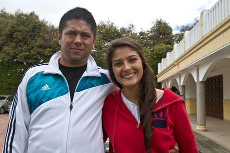 El técnico de Independiente Santa Fe, Wilson Gutiérrez, y su hija María Fernanda, compartiendo en una de las prácticas de los rojos.