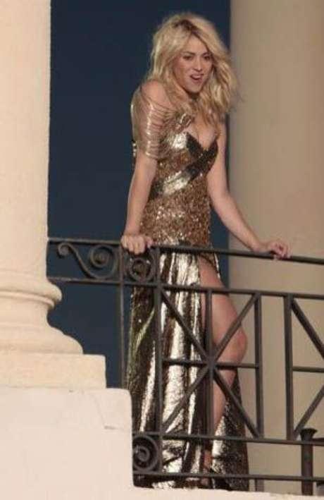 La artista colombiana Shakira se dejó ver con un elegante vestido dorado en Barcelona mientras grababa su próximo videoclip.