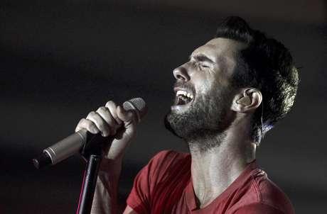 """En esta imagen de archivo del 16 de noviembre del 2011, Adam Levine, vocalista de Maroon 5, canta con la banda en la fiesta de lanzamiento de Google Music en Los Angeles. El más reciente álbum de Maroon 5, """"Overexposed"""", salió al mercado el martes 26 de junio del 2012."""
