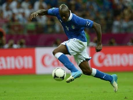 Dos grandes goles del delantero Mario Balotelli en el primer tiempo le dieron la victoria el jueves a la selección italiana de fútbol 2-1 sobre Alemania y la clasificación a la final de la Eurocopa.