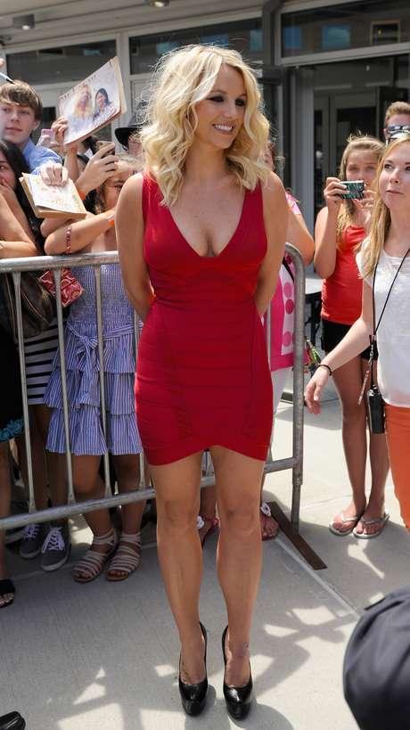 Britney Spears usa um vestido modelo bandage da grife Hervé Leger por Max Azria. A cantora nunca foi um exemplo de elegância e com esse modelo fez jus à fama. O decote fez os seios parecerem caídos e o comprimento também não ficou muito bom
