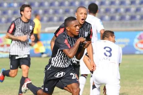 Yordi Reyna celebra su gol ante el cuadro trujillano.