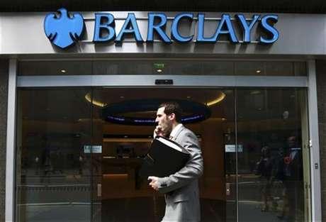 Un hombre pasa frente a una oficina del banco Barclays en el centro de Londres
