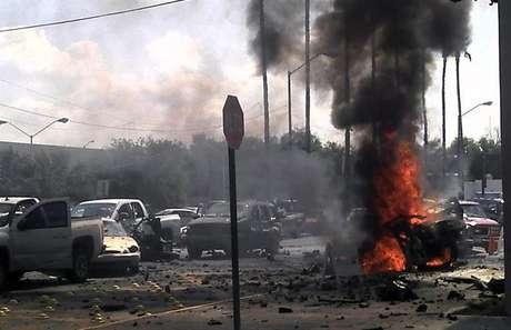 Vista general de un automóvil bomba que explotó este viernes frente a la alcaldía de Nuevo Laredo.