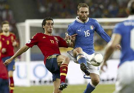 Italy's Daniele De Rossi (R) challenges Spain's Alvaro Arbeloa during their Euro 2012 final soccer match at the Olympic stadium in Kiev, July 1, 2012.
