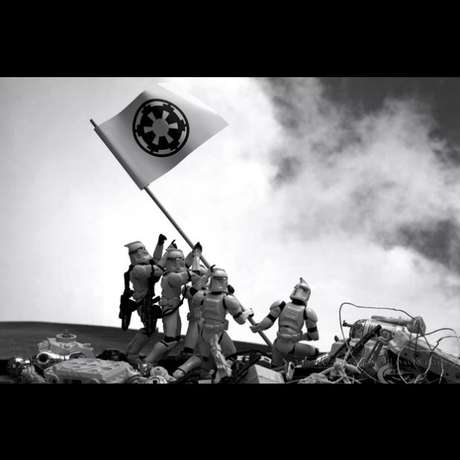 El fotógrafo David Eger, en su serie 'Fotos clonadas' ha recreado fotografías históricas, carteles de películas y otras escenas del imaginario popular utilizando figuras de personajes de la saga Star Wars. 'Troopers alzando la bandera en Iwo Jima', basado en una fotografía de Joe Rosenthal.