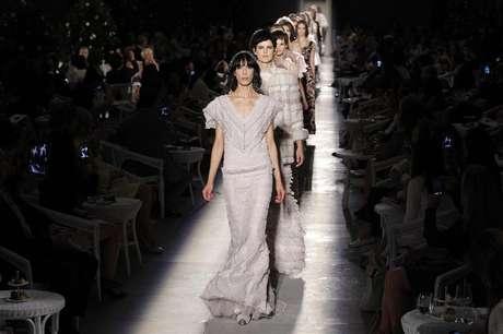Modelos exibem criações do estilista alemão Karl Lagerfeld para a Chanel durante desfile da coleção de alta costura outono/inverno 2012/2013 em Paris, na França, nesta terça-feira. 03/07/2012