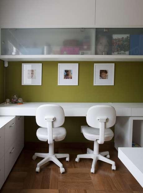 No projeto de Sabrina Baukelmann Matar, tudo branco, para dar uma ideia de amplitude. A bancada serve como mesa e acomoda duas pessoas sem aperto. Informações: (11) 5521-2592