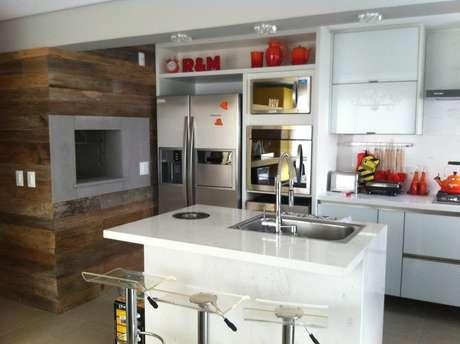 A churrasqueira também aparece na cozinha idealizada pela arquiteta Renata Pocztaruk para a sua própria morada. Queríamos ampliar o espaço e transformamos o apartamento de três dormitórios em um de dois, conta Renata. Informações: (51) 3332-6778