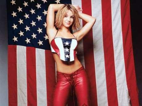 Britney Spears además de enseñar compromiso con su patria, mostró sensualidad posando con un top de barras y estrellas para la revista Rolling Stone.