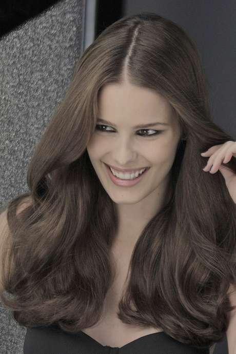 A modelo escureceu os fios pela primeira vez para estrelar ao lado da mãe, Luiza Brunet, a nova campanha de coloração de L'Oréal Paris