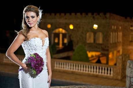 A vice-campeã do BBB12 usou vestido de noiva pela primeira vez e afirmou que a experiência a fez sentir vontade de subir ao altar