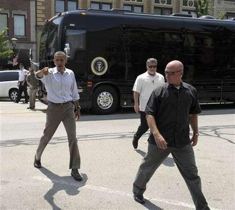 Barack Obama y el bus con el que está realizando su campaña para lograr la reelección.