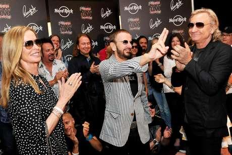 El ex beatle Ringo Starr, al centro, celebra su 72do cumpleaños acompañado de su esposa Barbara, a la izquierda, en el Hard Rock Café en Nashville, Tennessi, el sábado 7 de julio de 2012. A la derecha el músico Joe Walsh.