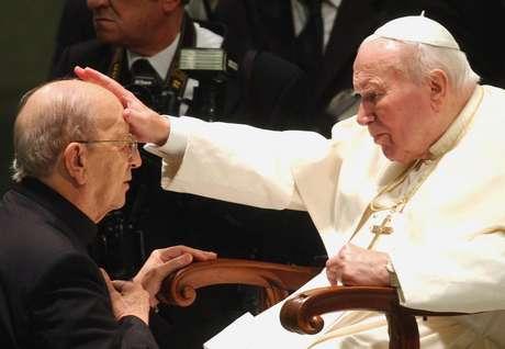 El papa Juan Pablo II en una fotografía de archivo del 30 de noviembre de 2004 en la que bendice al padre Marcial Maciel, fundador de los Legionarios de Cristo, durante una audiencia especial en el Vaticano.